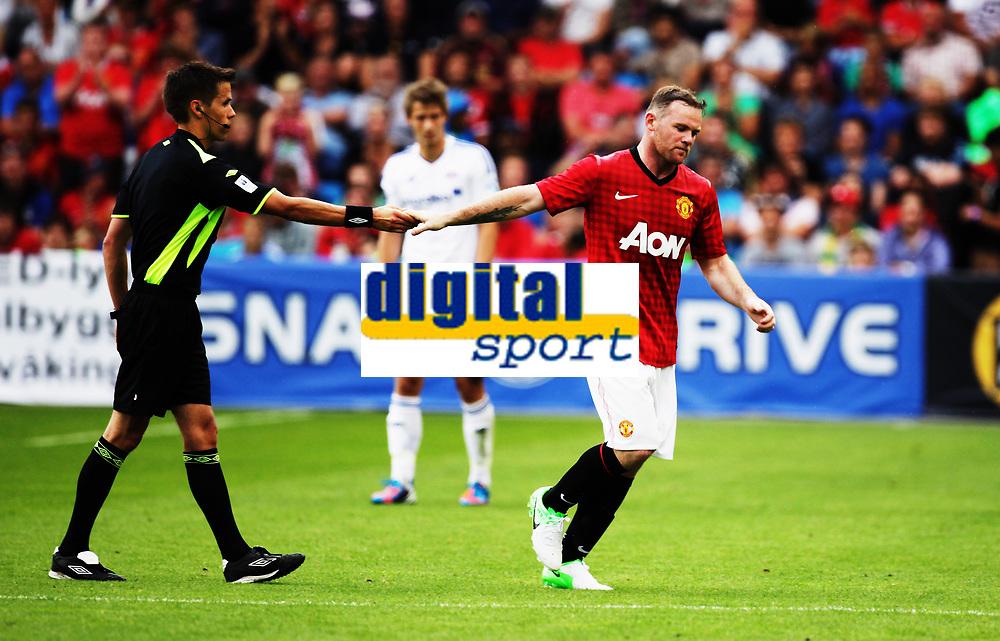 Fotball<br /> Oppvisningskamp<br /> Ullev&aring;l Stadion 05.08.12<br /> V&aring;lerenga - MAnchester United<br /> Wayne Rooney takker dommer Tom HArald HAgen for kampen<br /> Foto: Eirik F&oslash;rde
