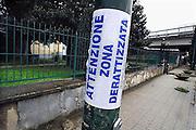 Italie, Casaluce, 6-3-2008..Afvalbergen in de straten van Napels en omgeving. De stad weet met zijn afval geen raad meer en in het hele gebied liggen illegale hopen afval. Een nieuwe vuilverbrandingsoven is pas in 2009 bedrijfsklaar. Tot die tijd heeft de maffia, camorra grote invloed op de afvalverwerking van deze stad...Industrieel afval en huishoudelijk afval veroorzaken grote water en bodemvervuiling, terwijl de streek een belangrijk tuinbouwgebied is. op de foto: bij de ingang van het kerkhof van Casakuce heeft men het vuil weggehaald en de plek ontsmet...Foto: Flip Franssen