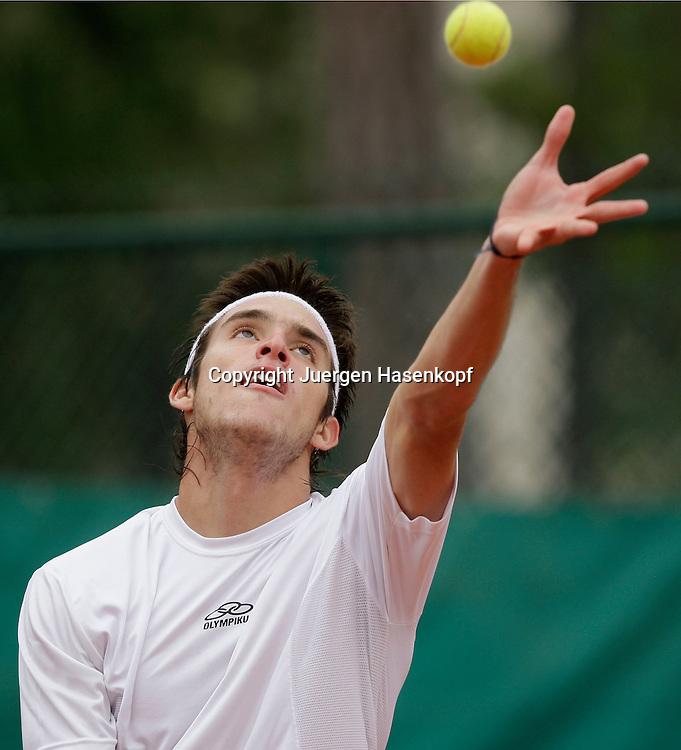 French Open 2009, Roland Garros, Paris, Frankreich,Sport, Tennis, ITF Grand Slam Tournament, <br /> Leonardo Mayer (ARG) spielt einen Aufschlag,service,action,Ball,Ballwurf,<br /> <br /> <br /> <br /> Foto: Juergen Hasenkopf