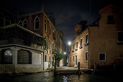 THEMENBILD - Eine mit Laternen beleuchtete Gasse in der Nacht am 12. Mai 2017 in Venedig // An alley is lit with street lamps in the night on 12 May 2017 in Venice. EXPA Pictures © 2017, PhotoCredit: EXPA/ Erwin Scheriau