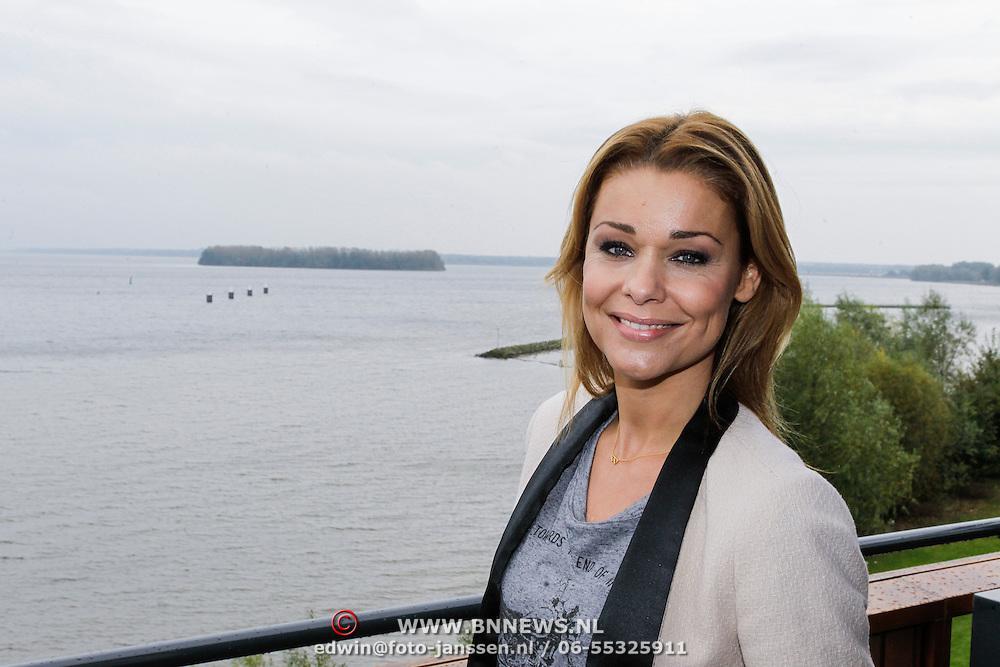 NLD/Naarden/20121017 - Persviewing Love in the Wild, presentatrice Froukje de Both