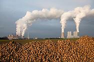 Europa, Deutschland, Nordrhein-Westfalen, das Braunkohlekraftwerk Neurath bei Grevenbroich. Mit einer Bruttoleistung von ueber 4400 Megawatt ist es das staerkste Kraftwerk Deutschlands und dient der Erzeugung von Grundlaststrom, Betreiber ist die RWE AG, rechts die Bloecke F und G, links die alten Bloecke A bis E, Rueben. - <br /> <br /> Europe, Germany, North Rhine-Westphalia, the brown coal power station Neurath in Grevenbroich. With a gross capacity of 4,400 megawatts, it is the strongest power plant in Germany and is used to generate base-load electricity, operator is the RWE AG,on the right the blocks F and G, on the left the blocks A to E, beets.