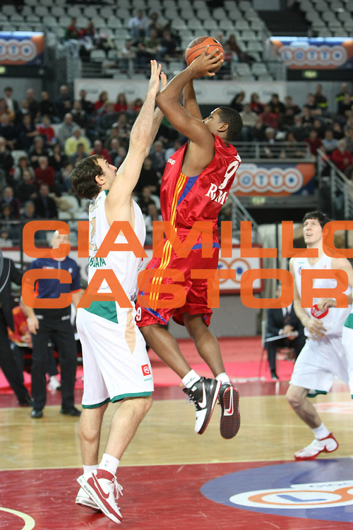 DESCRIZIONE : Roma Eurolega 2008-09 Lottomatica Virtus Roma Union Olimpija Lubiana<br /> GIOCATORE : Andre Hutson <br /> SQUADRA : Lottomatica Virtus Roma<br /> EVENTO : Eurolega 2008-2009<br /> GARA : Lottomatica Virtus Roma Union Olimpija Lubiana<br /> DATA : 18/12/2008 <br /> CATEGORIA : Tiro<br /> SPORT : Pallacanestro <br /> AUTORE : Agenzia Ciamillo-Castoria/C.De Massis