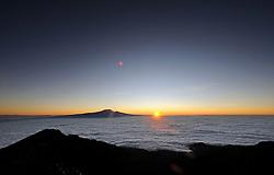 14-10-2008 REPORTAGE: BEKLIMMING MOUNT MERU: TANZANIA<br /> De eerste top Mount Meru is genomen / De Kilimanjaro bij Sunrise<br /> ©2008-WWW.FOTOHOOGENDOORN.NL
