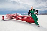 """Eva Håkansson sammen med sykkelen """"KillaJoule"""" på saltsjøen i Bonneville."""