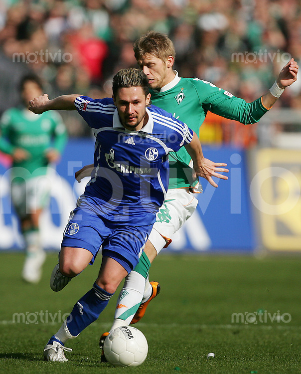 12.04.2008 Fussball Bundesliga 2007/08 SV Werder Bremen - FC Schalke 04 Albert STREIT (Schalke, l) gegen Aaron HUNT (Werder).