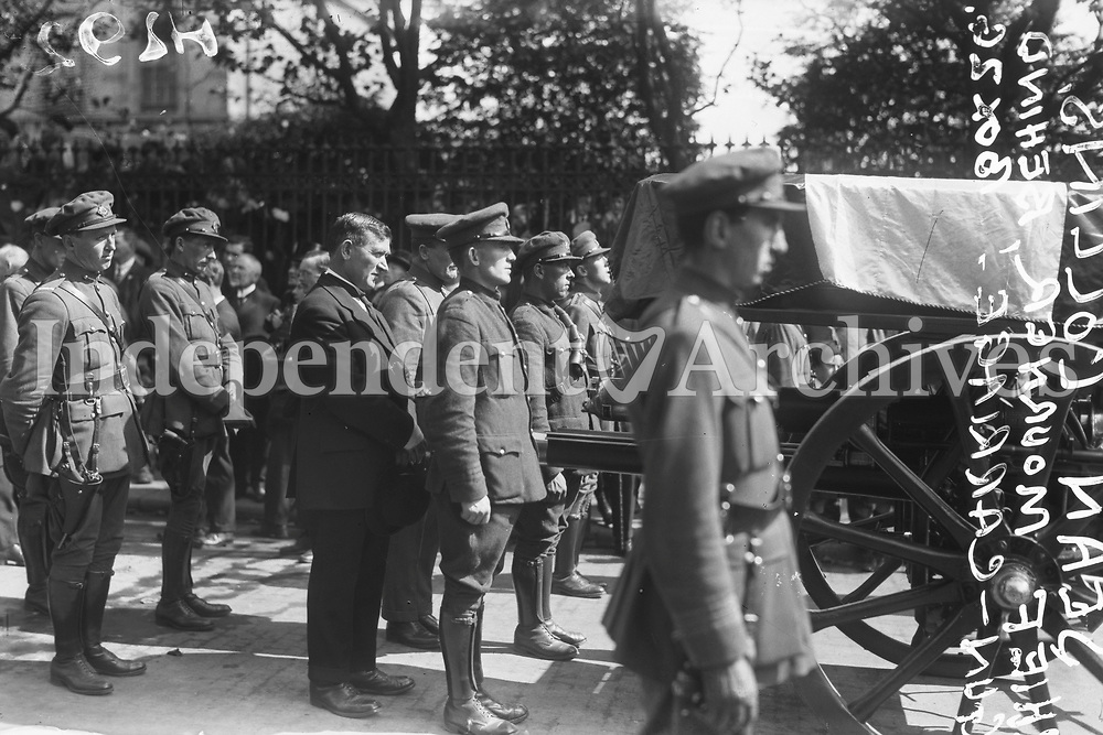 Members of the National Army surrund the coffin of Michael Collins. The civilian is Séan Collins, Michael's brother. (Part of the Independent Newspapers Ireland/NLI Collection)