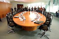 16 MAR 2005, BERLIN/GERMANY:<br /> Leerer Kabinettstisch im Kabinttsaal des Bundeskanzleramt mit wartenden Fotojournalisten und Kameraleuten vor Beginn der Kabinettsitzung, Bundeskanzleramt<br /> IMAGE: 20050316-01-001<br /> KEYWORDS: Fotografen, Kamera, Camera, Tisch