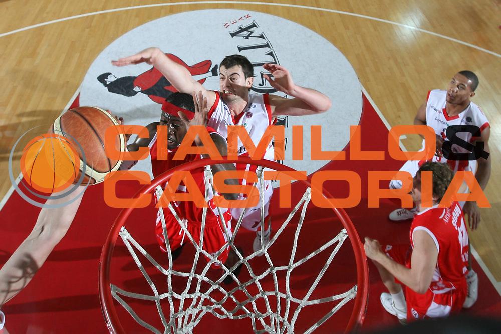 DESCRIZIONE : Teramo Lega A1 2007-08 Siviglia Wear Teramo Armani Jeans Milano <br /> GIOCATORE : Nikoloz Tskitishvili <br /> SQUADRA : Siviglia Wear Teramo <br /> EVENTO : Campionato Lega A1 2007-2008 <br /> GARA : Siviglia Wear Teramo Armani Jeans Milano <br /> DATA : 20/01/2008 <br /> CATEGORIA : Special Stoppata <br /> SPORT : Pallacanestro <br /> AUTORE : Agenzia Ciamillo-Castoria/G.Ciamillo