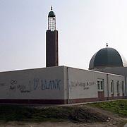NLD/Huizen/19920308 - Moskee Huizen beklad met rascistische leuzen