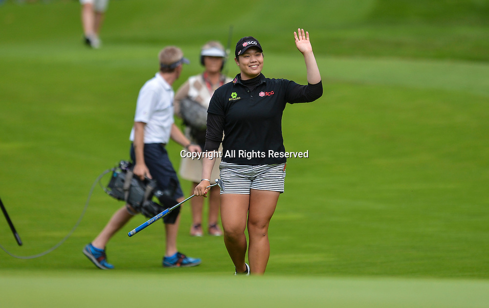 31.07.2016. Woburn Golf Course, Milton Keynes, England. Ricoh Womens Open Golf, final round. Arita Jutanugarn (Thailand) waves to the crowd as she walks onto the 18th green with a 1 shot lead over Lee.