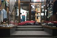 Andere Obdachlose leben alleine auf der Straße, sie müssen sich jede Nacht neu einen Schlafplatz suchen z.B. in Eingängen von Büro- oder Geschäftshäusern.<br /> Dort versuchen sie etwas Ruhe und Schutz vor Nässe und Kälte zu finden. Aus Angst vor Enge, Lärm, Gewalt, Kriminalität und fehlenden Rückzugsmöglichkeiten lehnen viele obdachlose Menschen die städtischen Notübernachtungsstellen ab.<br /> Das Hamburger Aktionsbündnis gegen Wohnungsnot fordert:  Ganzjährig müssen mehr kleinräumige, dezentrale Unterkünfte, mit besseren Ausstattungsstandards zur Verfügung stehen.