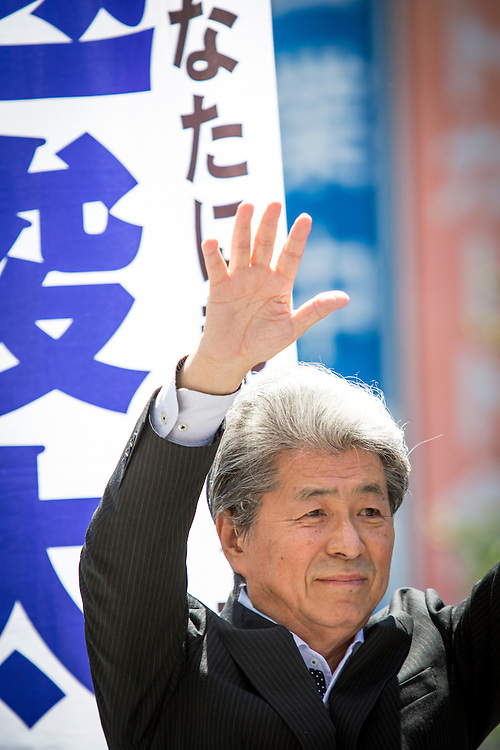 TOKYO, JAPAN - JULY 30 : Journalist Shuntaro Torigoe, a candidate for Tokyo governor greets people before he delivers a campaign speech during the last day of Tokyo Gubernatorial Election campaign rally at Hachiōji Station, Tokyo, Japan on Saturday, July 30, 2016. Tokyo residents will vote on July 31 for a new Governor of Tokyo who will deal with issues related to the hosting of the Tokyo Summer Olympics and Paralympics in 2020. (Photo: Richard Atrero de Guzman/NUR Photo)