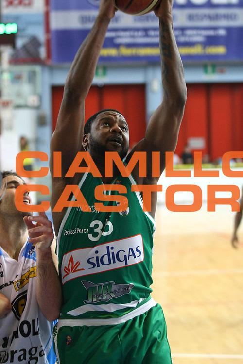 DESCRIZIONE : Cremona Lega A 2011-2012 Vanoli Braga Cremona Sidigas Avellino<br /> GIOCATORE : Ronald Slay<br /> SQUADRA : Sidigas Avellino<br /> EVENTO : Campionato Lega A 2011-2012<br /> GARA : Vanoli Braga Cremona Sidigas Avellino<br /> DATA : 25/04/2012<br /> CATEGORIA : Rimbalzo<br /> SPORT : Pallacanestro<br /> AUTORE : Agenzia Ciamillo-Castoria/F.Zovadelli<br /> GALLERIA : Lega Basket A 2011-2012<br /> FOTONOTIZIA : Cremona Campionato Italiano Lega A 2011-12 Vanoli Braga Cremona Sidigas Avellino<br /> PREDEFINITA :