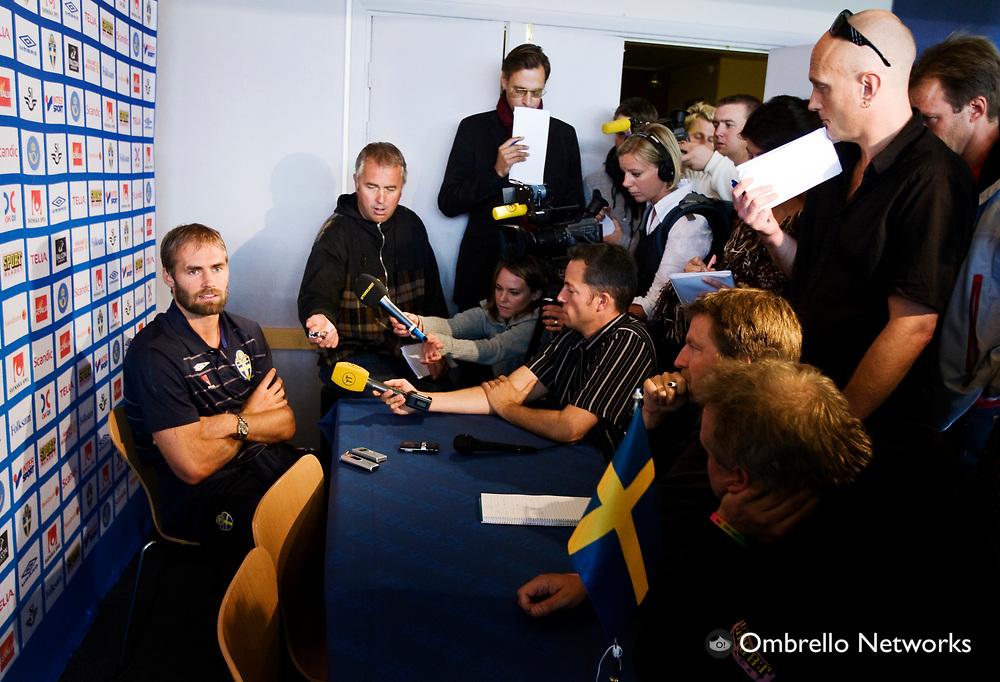STOCKHOLM 080908<br /> TR&Auml;NING FOTBOLLSLANDSLAGET VM-KVAL<br /> I bild: Olof Mellberg m&ouml;ter pressen.