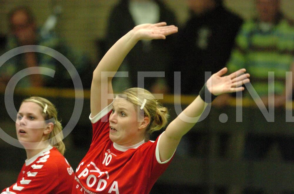 061119 dalfsen ned<br /> Handbal Ellen Nijentap verdedigend.<br /> fotografie frank uijlenbroek&copy;2006 frank uijlenbroek