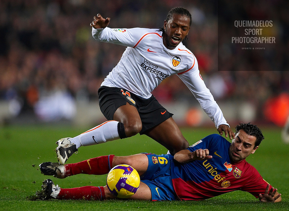BARCELONA, SPAIN: Fernandes of Valencia and Xavi Hernandez of Barcelona during their Spanish league football match between Barcelona and Valencia at Nou Camp Stadium in Barcelona on December 06,2008. (Photo by Manuel Queimadelos)
