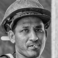 Obrero desconocido. En una mega construccion son muchas las personas que trabajan y laboran en ella, pero son principalmente los obreros lo que realizan la mayor fuerza de trabajo. Varian de estado, pais, edad, pero todos realizan algo en comun, el trabajo duro a pleno sol en una obra tras obra. Es su forma de ganarse la vida, y quizas sea la unica que conocen. Son solo 36 retratos de muchos que laboran. Una pequeña muestra. Rasgos y miradas de una fuerza lab oral. Unknown worker. A worker with a lot of experience for his long years of work in the area. In a mega construction are many people who work in it, but the workers are mainly what do most workforce. Vary from state, country, age, but they all perform something in common, hard work in the sun in construction after construction It's their way of living, and perhaps it is the only one known. It's only 36 portraits of many who work. A small sample. Features and looks of a workforce. La Guaira, 2013, 2014. Venezuela