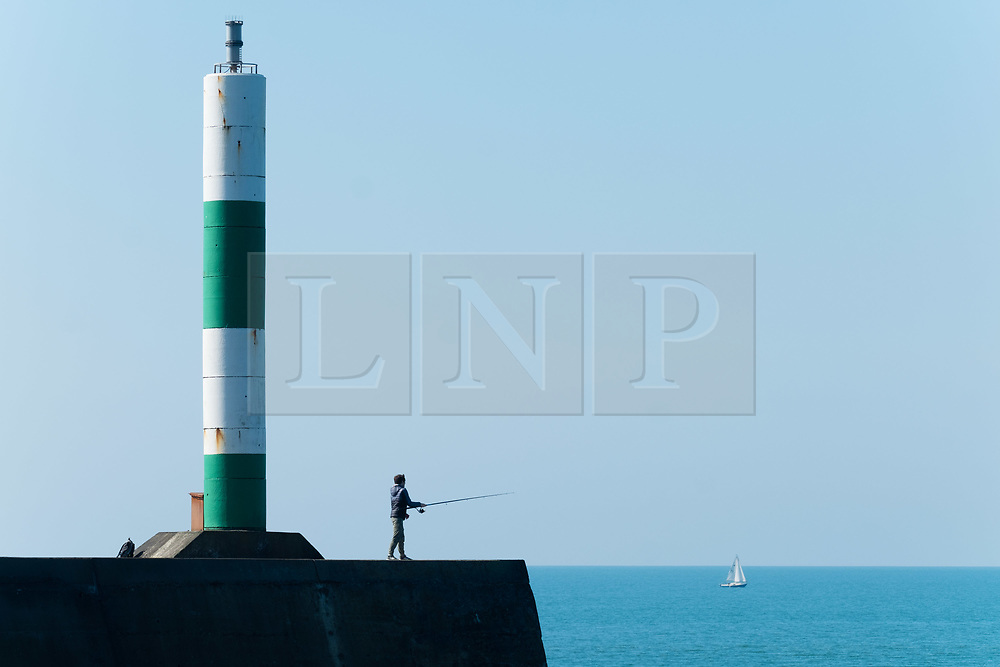 ©Licensed to London News Pictures. 28/03/2019. Aberystwyth, UK. People at the seaside in Aberystwyth Wales enjoying yet another day of bright spring sunshine.  High pressure continues to dominate the weather for much of the UK, with settled conditions and clear almost cloudless blue skies.<br /> photo Keith Morris/LNP
