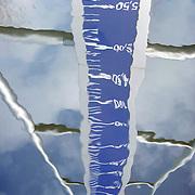 Nederland Nieuwerkerk aan den Ijssel  13 november 2008 20081112 Foto: David Rozing ..Serie Zuidplaspolder, weerspiegeling NAP bord / pilaar in water op het laagste punt in de polder. Dit is het laagtst/ diepst gelegen punt in Nederland en Europa..De Zuidplaspolder is de laagste plek in Nederland en Europa, het laagste punt in de polder meet 6,76 meter onder NAP. Omdat het gebied zo laaggelegen is zijn  plannen voor deze polder omstreden/ is er een felle discussie over.  .De Zuidplaspolder is in de Nota Ruimte aangewezen als één van de grote ontwikkelingslocaties in Nederland.  Er moeten 15.000 tot 30.000 nieuwe woningen komen, 150 tot 250 ha bedrijventerreinen, mogelijk 200 ha extra glastuinbouw en waterberging. Om deze verstedelijking mogelijk te maken wordt de grens van het Groene Hart aangepast. Duurzaamheid is een belangrijk onderdeel bij de planning en uitvoering..Het gebied is aangewezen als studielocatie voor stadsuitbreiding. Tegenstanders geven aan dat gezien de diepte van de polder waterproblematiek zich onafwendbaar zal gaan voordoen. Voorstanders geven aan dat met aanpassingen in het watersysteem en goede planning zoals wonen, werken, recreëren gepland op plekken waar dat gezien het water en de bodem het meest gunstig het een veilige omgeving zal zijn. ..Foto: David Rozing