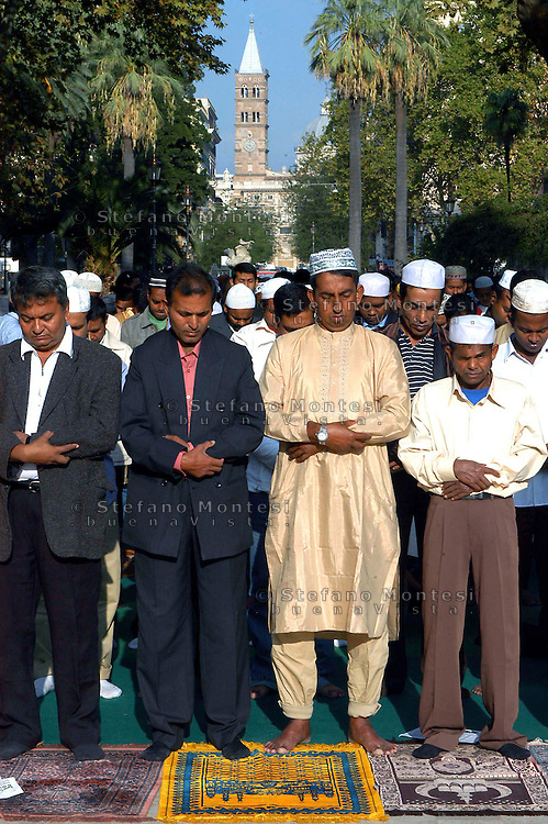 Roma 12 October 2007.Muslim immigrants crowd the garden of Piazza Vittorio square, in Rome's Esquilino multi-ethnic quarter, for the Eid al-Fitr prayer to mark the end of the fasting month of Ramadan.