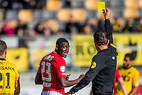 KERKRADE - 20-11-2016, Roda JC - AZ, Park Stad Limburg Stadion, 1-1, scheidsrechter Jeroen Manschot geef toe gele kaart aan AZ speler Derrick Luckassen.
