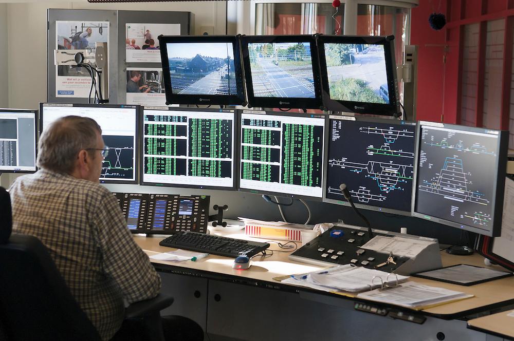 Nederland, Maastricht, 20110916..Treinverkeersleiding van ProRail in Maastricht..Mensen achter beeldschermen regelen het treinverkeer in Zuid-Limburg..