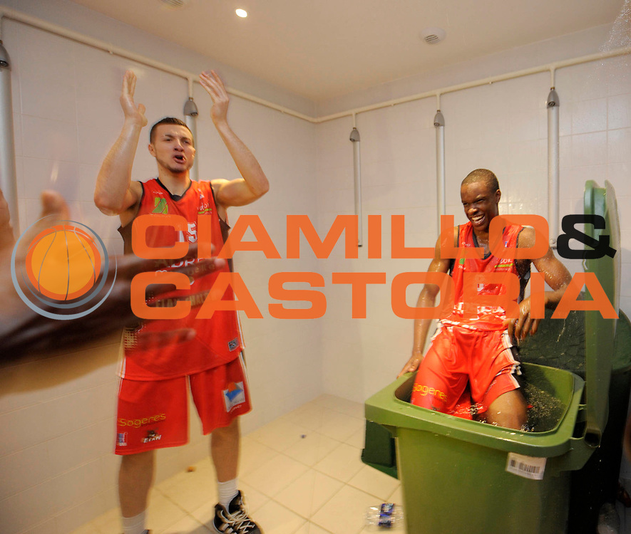 DESCRIZIONE : Championnat de France Pro A Semaine des As Roanne Finale<br /> GIOCATORE : Vestiaires Chalon Adjagba Ulysse Lauvergne Joffrey<br /> SQUADRA : Chalon <br /> EVENTO : Pro A Semaine des As<br /> GARA : Chalon Gravelines<br /> DATA : 19/02/2012<br /> CATEGORIA : Basketball France Homme<br /> SPORT : Basketball<br /> AUTORE : JF Molliere<br /> Galleria : France Basket 2011-2012 Action<br /> Fotonotizia : Championnat de France Basket Pro A Semaine des As<br /> Predefinita :
