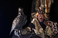 Mongolie, province de Bayan-Olgii, Khairatkhan, chasseur à l'aigle Kazakh avec son aigle royal // Mongolia, Bayan-Olgii province, Khairatkhan, Kazakh eagle hunter with his Golden Eagle