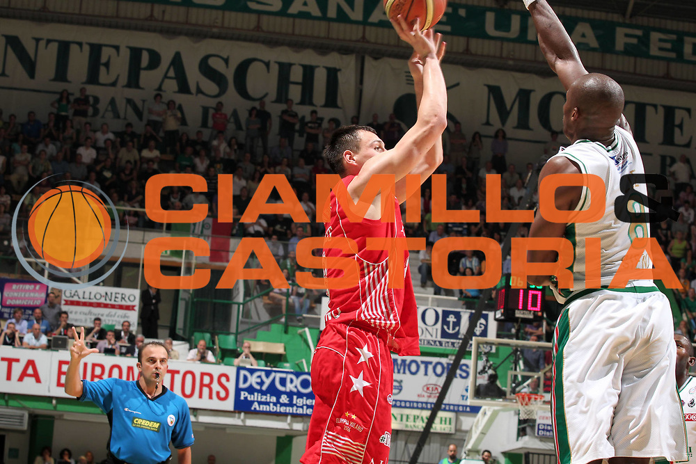 DESCRIZIONE : Siena Lega A 2009-10 Playoff Finale Gara 1 Montepaschi Siena Armani Jeans Milano<br /> GIOCATORE : Jonas Maciulis<br /> SQUADRA : Armani Jeans Milano<br /> EVENTO : Campionato Lega A 2009-2010 <br /> GARA : Montepaschi Siena Armani Jeans Milano<br /> DATA : 13/06/2010<br /> CATEGORIA : tiro<br /> SPORT : Pallacanestro <br /> AUTORE : Agenzia Ciamillo-Castoria/ElioCastoria<br /> Galleria : Lega Basket A 2009-2010 <br /> Fotonotizia : Siena Lega A 2009-10 Playoff Finale Gara 1  Montepaschi Siena Armani Jeans Milano<br /> Predefinita :