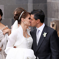 Toluca, Méx.- Enrique Peña Nieto, gobernador del Estado de Mexico y la señora Angelica Rivera, luego de contraer nupcias en la catedral de esta ciudad. Agencia MVT / Jose Hernandez. (DIGITAL)