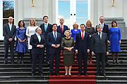 Kabinet-Rutte II op het bordes  van Paleis Noordeinde.<br /> <br /> Op de foto:  (vlnr achterste rij) Stef Blok (minister van Wonen en Rijksdienst), Edith Schippers (minister van Volksgezondheid), Melanie Schultz-Van Hagen (minister van Verkeer), Jeroen Dijsselbloem (minister van Financien), Ronald Plasterk (minister van Binnenlandse Zaken), Jet Bussemaker (minister van Onderwijs), Jeanine Hennis-Plasschaert (minister van Defensie), Henk Kamp (minister van Economische Zaken), Lilianne Ploumen (minister Buitenlandse Handel en Ontwikkelingssamenwerking) (vlnr voorste rij) Frans Timmermans (minister Buitenlandse Zaken), minister-president Mark Rutte, koningin Beatrix, Lodewijk Asscher (vicepremier en minister van Sociale Zaken) en Ivo Opstelten (minister van Justitie)