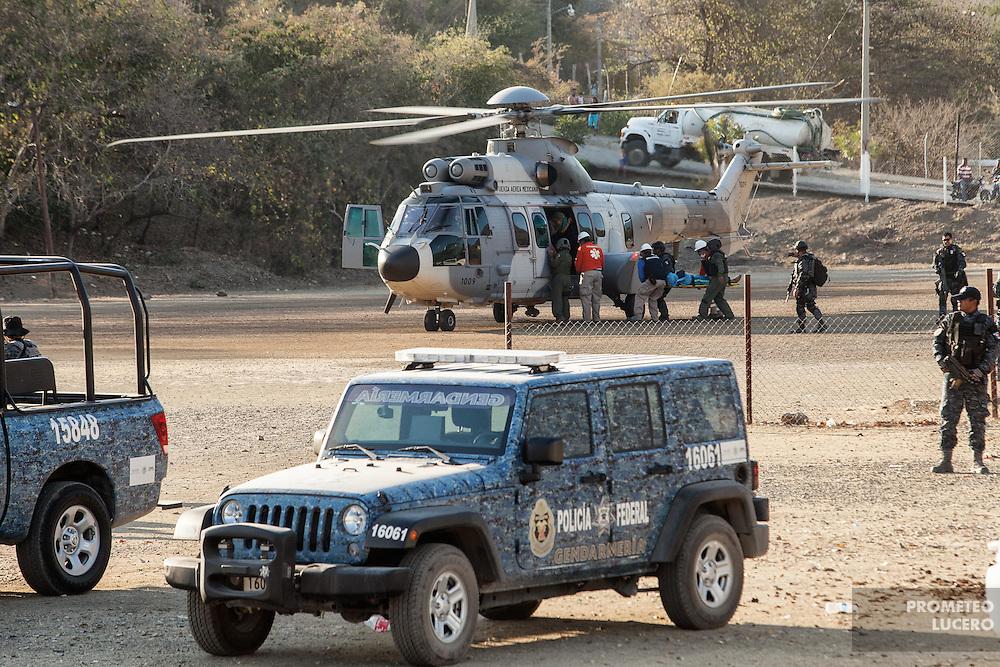 """Al menos 12 personas, entre contratistas de la minera Media Luna y pescadores locales de Nuevo Balsas fueron secuestradas el 6 de febrero de 2015, una decena de ellas liberada el día 8 y dos más varios días liberadas tras el pago de un rescate a """"La Burra"""", líder de un grupo delictivo. Encabezados por Policías Comunitarios, miembros de la Policía Federal, Gendarmería, Ejército y Fuerza Aérea buscaron en los cerros y escondites a las secuestradas.  (Foto: Prometeo Lucero)"""