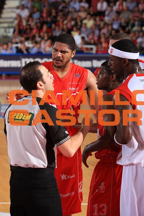 DESCRIZIONE : Teramo Lega A 2008-09 Playoff Quarti di finale Gara 1 Bancatercas Teramo Armani Jeans Milano<br /> GIOCATORE : Tolga Sahin Hollis Price Brandon Brown Maurice Taylor<br /> SQUADRA : Armani Jeans Milano<br /> EVENTO : Campionato Lega A 2008-2009 <br /> GARA : Bancatercas Teramo Armani Jeans Milano<br /> DATA : 18/05/2009<br /> CATEGORIA : arbitro referees<br /> SPORT : Pallacanestro <br /> AUTORE : Agenzia Ciamillo-Castoria/M.Carrelli