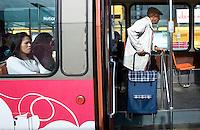 Nederland Rotterdam 15 juni 2007 Foto: David Rozing .Oude bejaarde man stapt in de tram / maakt gebruik van gratis openbaar vervoer..Vanaf 1 juni 2007 tot het einde van dit jaar mogen Rotterdamse ouderen 4 maanden gratis gebruik maken van het openbaar vervoer in de daluren. an 1 juni tot en met december 2007 vinden vier proeven plaats met gratis openbaar vervoer in de daluren voor 65+'ers. Het ministerie van VenW draagt ongeveer 1,5 miljoen euro bij aan de kosten...Foto David Rozing