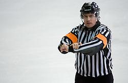 Znak za drzanje palice (dvodelni signal). Holding the stick. Slovenski hokejski sodnik Damir Rakovic predstavlja sodniske znake. Na Bledu, 15. marec 2009. (Photo by Vid Ponikvar / Sportida)