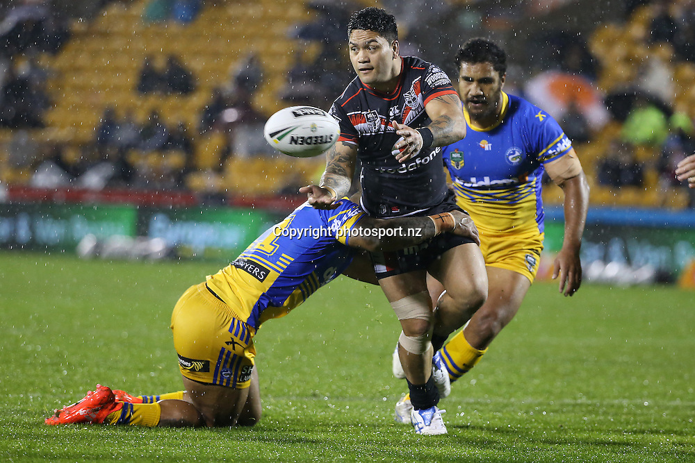 Issac Luke steps for the Warriors during the NRL match Warriors v Paramatta Eels at Mt Smart Stadium on Sunday 4 September 2016. Auckland, New Zealand. © Copyright Photo: Fiona Goodall / www.photosport.nz
