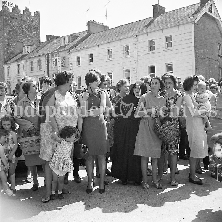 Jacqueline (Jackie) Kennedy's June 1967 visit to Ireland.<br /> A group of ladies stand by to catch a glimpse of Jackie Kennedy, during her trip to Ireland in 1967.<br /> (Part of the Independent Ireland Newspapers/NLI Collection)