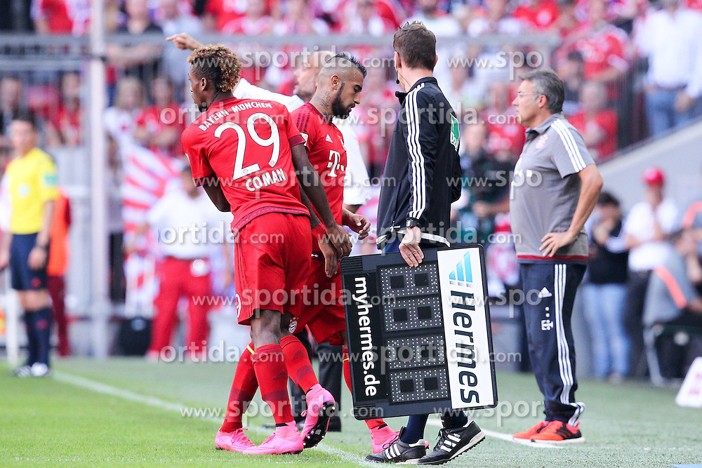 12.09.2015, Allianz Arena, Muenchen, GER, 1. FBL, FC Bayern Muenchen vs FC Augsburg, 4. Runde, im Bild l-r: Auswechslung, Kingsley Coman #29 (FC Bayern Muenchen) kommt, Arturo Vidal #23 (FC Bayern Muenchen) geht // during the German Bundesliga 4th round match between FC Bayern Munich and FC Augsburg at the Allianz Arena in Muenchen, Germany on 2015/09/12. EXPA Pictures &copy; 2015, PhotoCredit: EXPA/ Eibner-Pressefoto/ Kolbert<br /> <br /> *****ATTENTION - OUT of GER*****