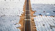 Solvarmeanlegget Ivanpah i Mojaveørkenen i California har nærmere 350.000 speil som reflekterer sollyset mot tre krafttårn. Den enorme varmen fra det konsentrerte sollyset driver dampturbiner som kan generere opptil 392 megawatt med strøm. Store deler av ørkenen i Nevada og California er nå full av speil og solceller. Omfanget er allerede så stort at kraftselskapene klør seg i hue og prøver å finne ut hvordan de kan få en bit av kaka.