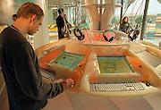 Duitsland, Hannover expo 2000, mei 2000.Internet stations in het gebouw van uitgeverij BertelsmannFoto: Flip Franssen/Hollandse Hoogte