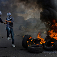 Palestinians stone thrower in East Jerusalem Photo by Olivier Fitoussi. *** Local Caption *** clashes..old city..stone..palestinian