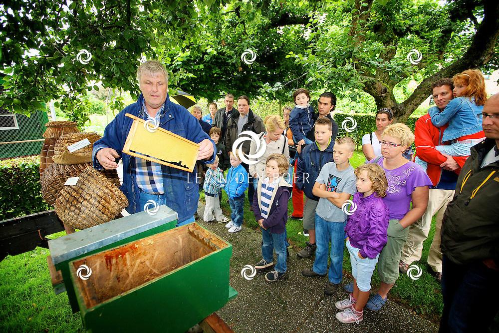 POEDEROIJEN - Bij De Trompenburg die beheert word door de heer Koos Tromp is de Landelijke Open Imkerijdag 2012 gehouden. Bezoekers konden een kijkje nemen hoe een imker zijn werk doet. FOTO LEVIN DEN BOER - PERSFOTO.NU