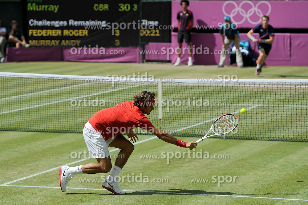 05.08.2012, Wimbledon, London, GBR, Olympia 2012, Tennis, Herren Finale, im Bild Roger Federer (SUI) gegen Andy Murray (GBR) // during Tennis Mens Final, at the 2012 Summer Olympics at Wimbledon, London, United Kingdom on 2012/08/05. EXPA Pictures © 2012, PhotoCredit: EXPA/ Freshfocus/ Valeriano Di Domenico..***** ATTENTION - for AUT, SLO, CRO, SRB, BIH only *****