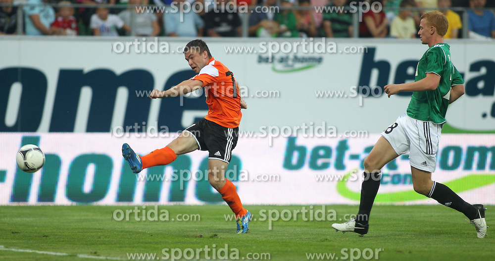 26.07.2012, Keine Sorgen Arena, Ried, AUT, UEFA EL, Rueckspiel, SV Josko Ried (AUT) vs Schachtjor Soligorsk (BLR), im Bild Dmitri Asipenka, (FC Shakhtyor Soligorsk, #77) und Thomas Reifeltshammer, (SV Josko Ried, #28) // Dmitri Asipenka, (FC Shakhtyor Soligorsk, #77) and Thomas Reifeltshammer, (SV Josko Ried, #28) during the UEFA Europa League 2nd Leg Match between SV Josko Ried (AUT) and Schachtjor Soligorsk (BLR) at the Keine Sorgen Arena, Ried, Austria on 2012/07/26. EXPA Pictures © 2012, PhotoCredit: EXPA/ Roland Hackl