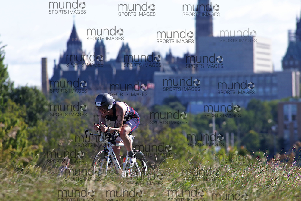(Ottawa, Canada---10 August 2013)  Kirk Grynwald (1098)  of United States (USA) competing in the 40-44 Male AG International Triathlon Union 2013 World Duathlon Championships (10 km run- 40 km bike- 5km run).