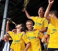 27-05-2007: Voetbal: VVV Venlo - RKC Waalwijk: Venlo<br /> RKC Waalwijk is gedegradeerd naar de Jupiler League.<br /> Dirk Jan Derksen giet de champagne naar binnen alsof het water is<br /> foto : Geert van Erven