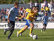 FODBOLD: Max von Schlebrügge (Brøndby) rykker fra Kienn Jensen (Helsingør) under opvisningskampen mellem Elite 3000 Helsingør og Brøndby IF den 16. juni 2010 på Helsingør Stadion. Foto: Claus Birch