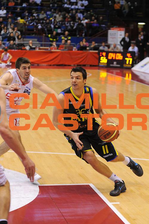 DESCRIZIONE : Milano Lega A 2011-12 EA7 Emporio Armani Milano Fabi Shoes Montegranaro<br /> GIOCATORE : Ivan Zoroski<br /> CATEGORIA : Palleggio<br /> SQUADRA : Fabi Shoes Montegranaro<br /> EVENTO : Campionato Lega A 2011-2012<br /> GARA : EA7 Emporio Armani Milano Fabi Shoes Montegranaro<br /> DATA : 17/12/2011<br /> SPORT : Pallacanestro<br /> AUTORE : Agenzia Ciamillo-Castoria/A.Dealberto<br /> Galleria : Lega Basket A 2011-2012<br /> Fotonotizia : Milano Lega A 2011-12 EA7 Emporio Armani Milano Fabi Shoes Montegranaro<br /> Predefinita :
