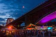 Nederland, Nijmegen, 20160715<br /> De Kaaij. Cultureel Terras De Kaaij is een gratis festival aan de haven onder de Nijmeegse Waalbrug.<br /> Met veel eettentjes, oa. Taste the Culture dat gerund wordt door Syrische vluchtelingen. Gezellig op de Waal strandjes genieten van een drankje en een hapje onder het genot van optredens.<br /> <br /> Netherlands, Nijmegen<br /> The Kaaij. The Cultural Terrace Kaaij is a free festival at the port under the Nijmegen Waal bridge.<br /> With many food stalls, among othersTaste The Culture, run by Syrian fugitivess, and many performances. Relaxing on the Waal beaches to enjoy a drink and a snack while enjoying performances.